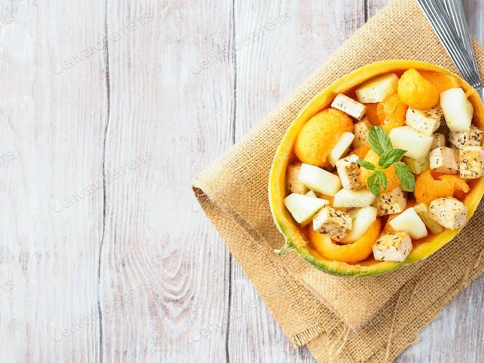 Veganer Salat mit Melone und Tofu-Käse