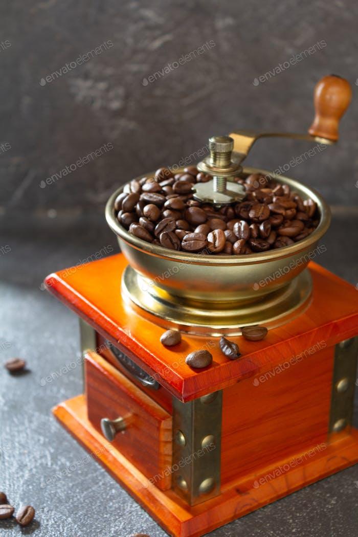 alte alte Kaffeemühle und Bohnen