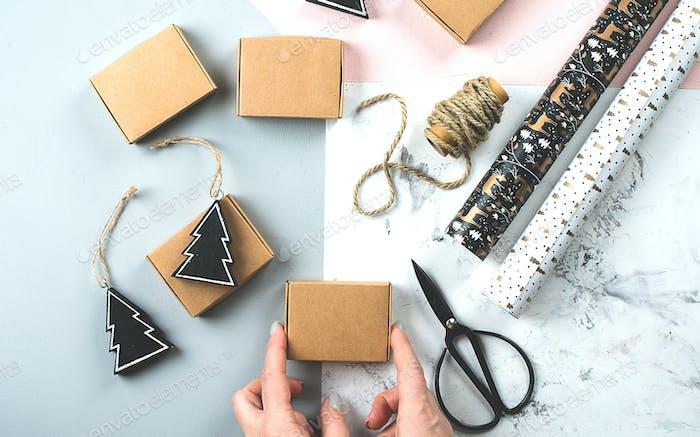 Weihnachtsverpackung Geschenke flach lag