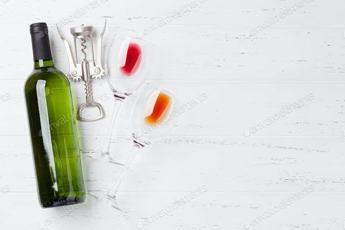 Weinflasche und Gläser