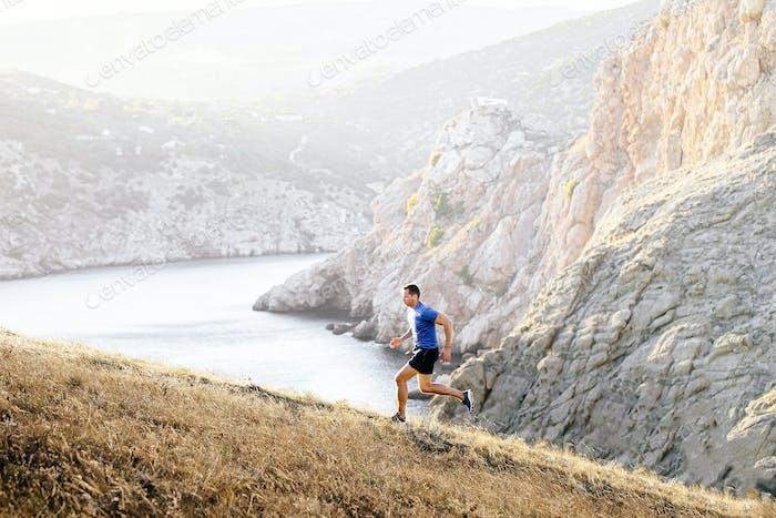 sportlicher Mann, der bergauf läuft