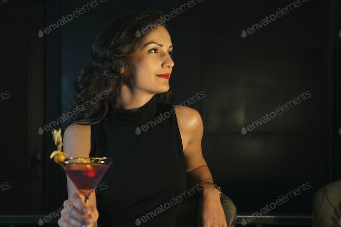 Элегантная женщина в ночном клубе