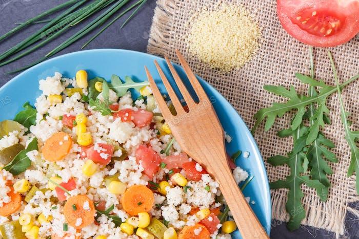 Frischer Salat mit Couscous und Gemüse als beste nahrhafte Nahrung