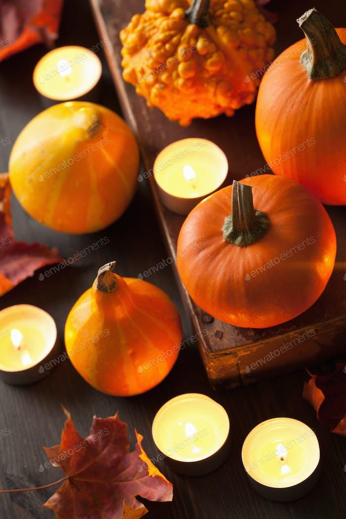 dekorative Herbst Halloween Kürbisse und Kerzen