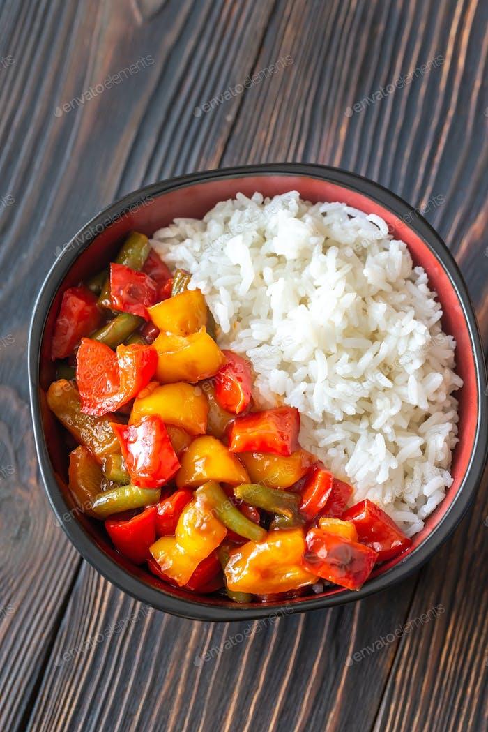 Schüssel mit weißem Reis und gebratenes Gemüse