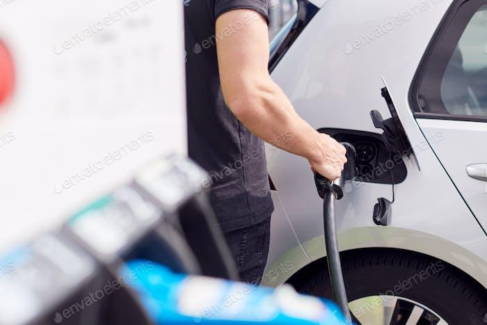 Close Up Of Man Anbringen von Stromkabel zu umweltfreundlichem Zero-Emission Elektroauto