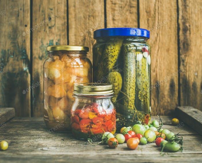 Herbst Saison eingelegtes Gemüse und Obst in Gläsern