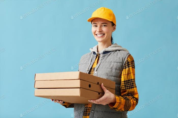 Frau liefert Pizza