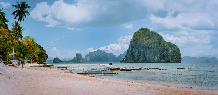Panoramic view of El Nido coastline with traditional filippino boats on beach and Pinagbuyutan
