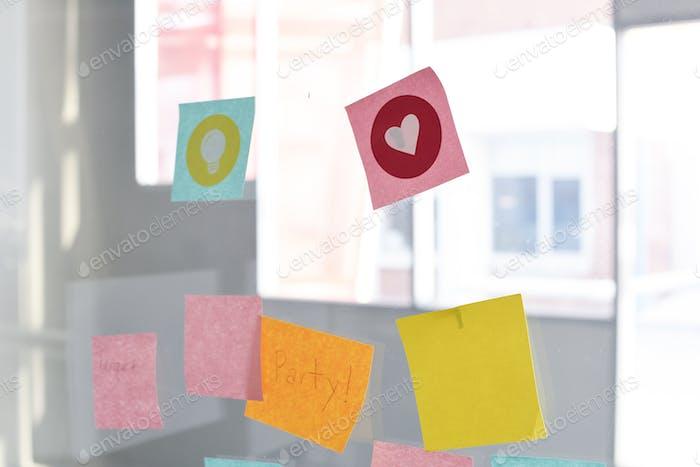 Haftnotizen Erinnerungsnotizen, aufgenäht, Glaswand, Büro