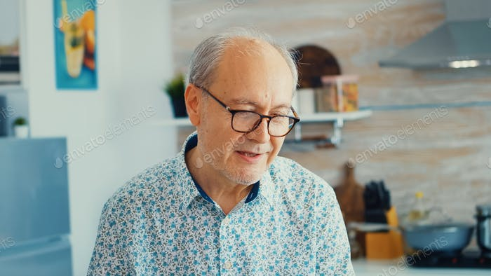 Fröhlicher Senior Mann