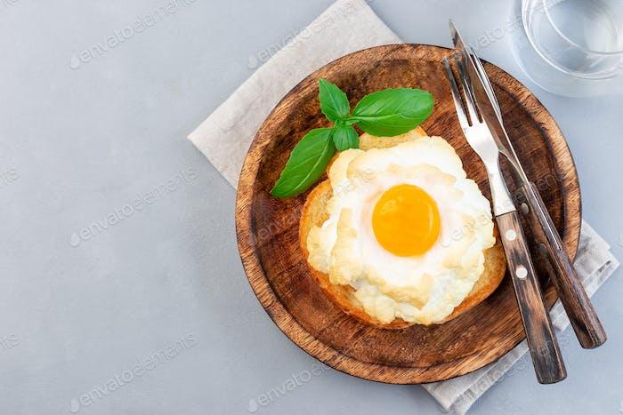 Ofen gebackene Wolke oder flauschige Eierschale auf Holzplatte, horizontal, Draufsicht, Kopierraum