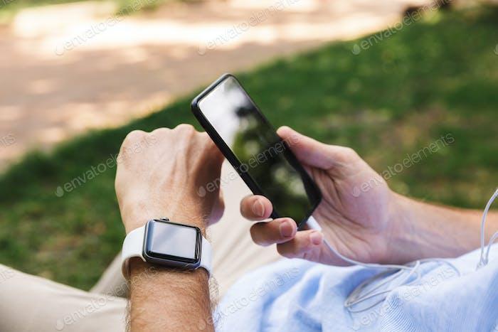 Человек на открытом воздухе с помощью мобильного телефона и смотреть на открытом воздухе.