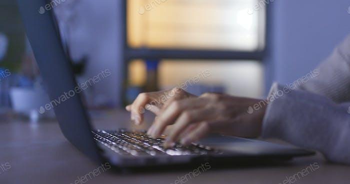 Junge Frau Verwendung von Notebook-Computer in der Nacht