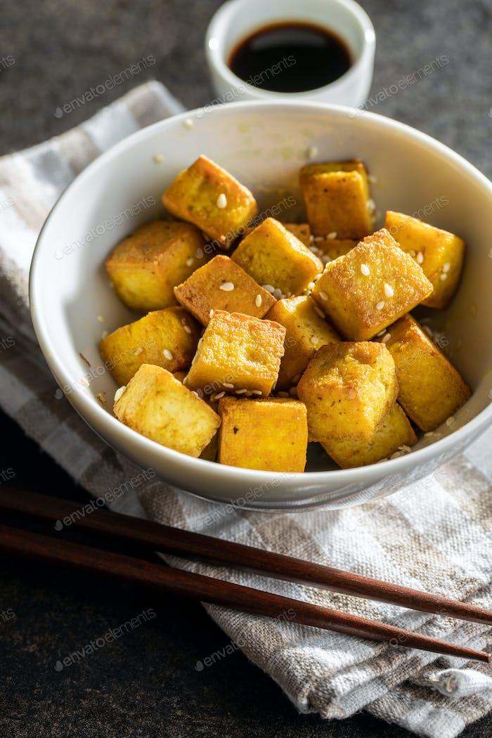 Würfel von gebratenem Tofu.