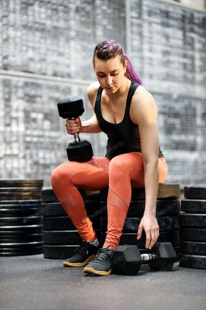 Fit мускулистая молодая женщина спортсмен в тренажерном зале