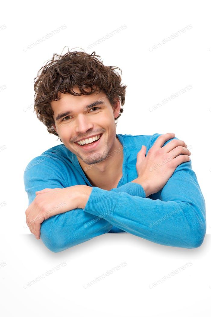 Schöner Mann lächelnd auf leerem Schild