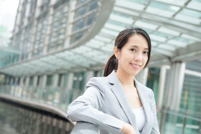 Молодая деловая женщина