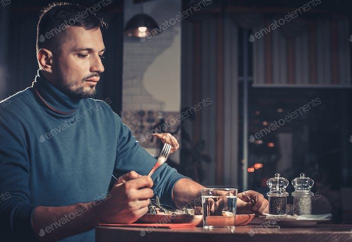 Schöner Mann im Restaurant