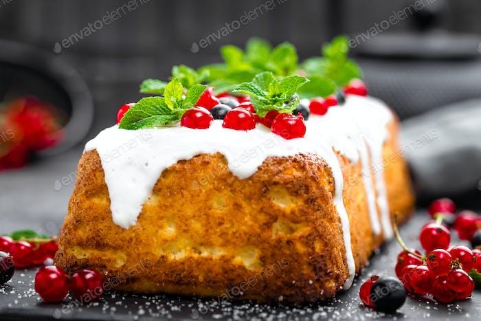Cheesecake with fresh berries and yogurt