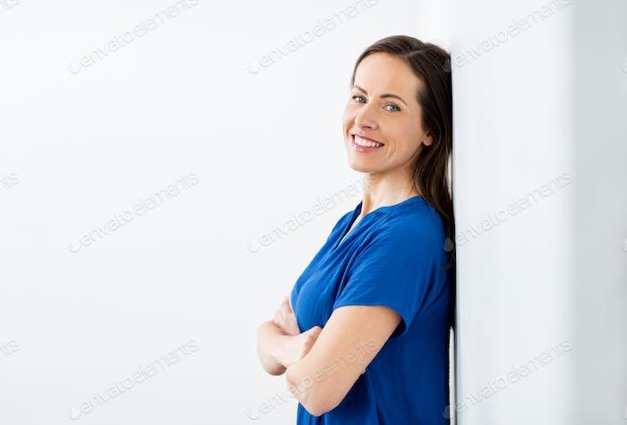 glücklich lächelnd Frau mittleren Alters