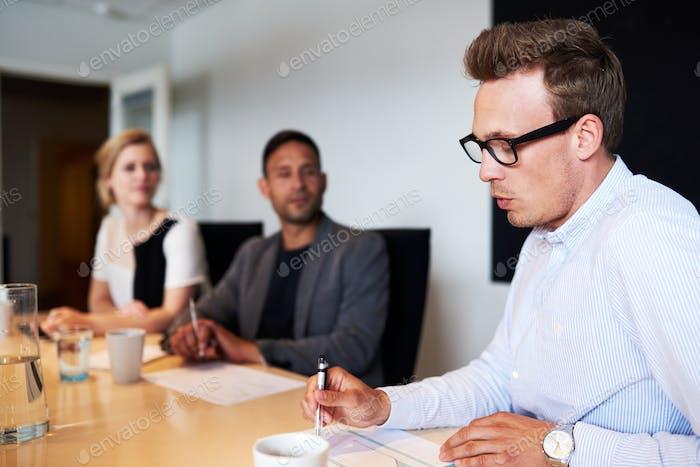 Weiße männliche Führungskraft präsentiert während des Treffens