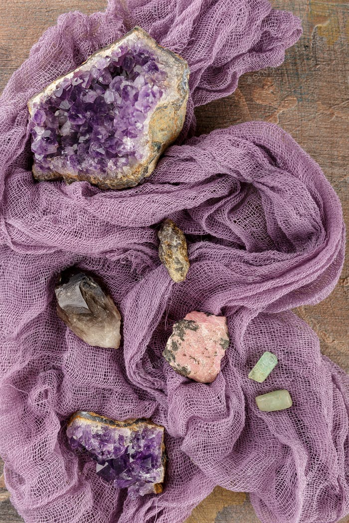 Sammlung von Mineralien und Steinen.