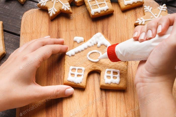 Zuckerguss der Weihnachtsbäckerei. Frau Dekoration Honig Kekse
