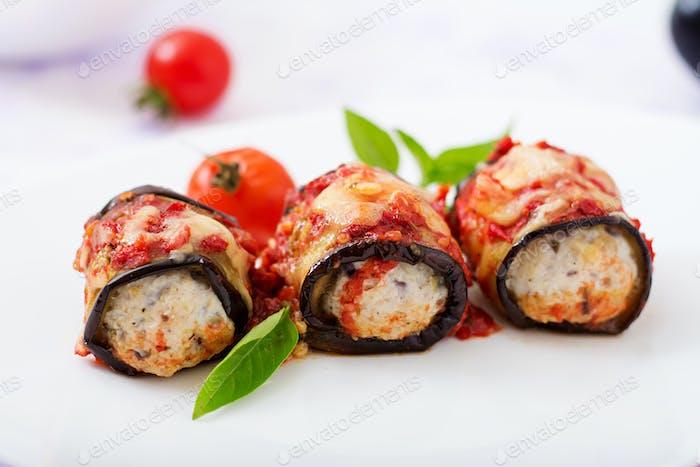 Aubergine (Aubergine) Brötchen mit Fleisch in Tomatensauce