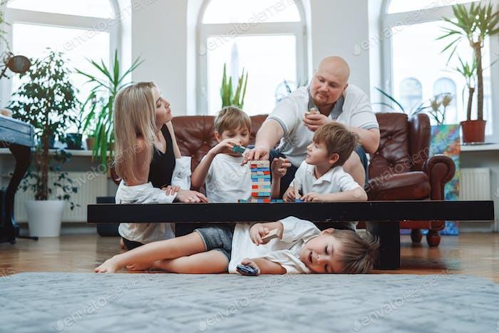 Actividades de ocio y vacaciones de la familia caucásica en casa