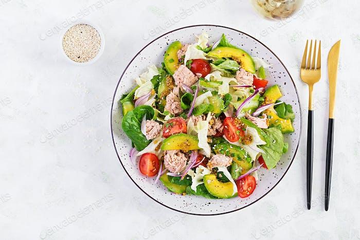Thunfischsalat mit Salat, Kirschtomaten, Avocado und roten Zwiebeln.