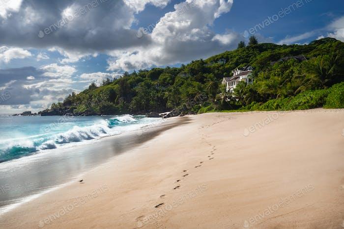 Exotischer tropischer Strand Anse Takamaka auf den Seychellen Inseln, Mahe. Szenischer Ausblick mit beeindruckenden Wolken