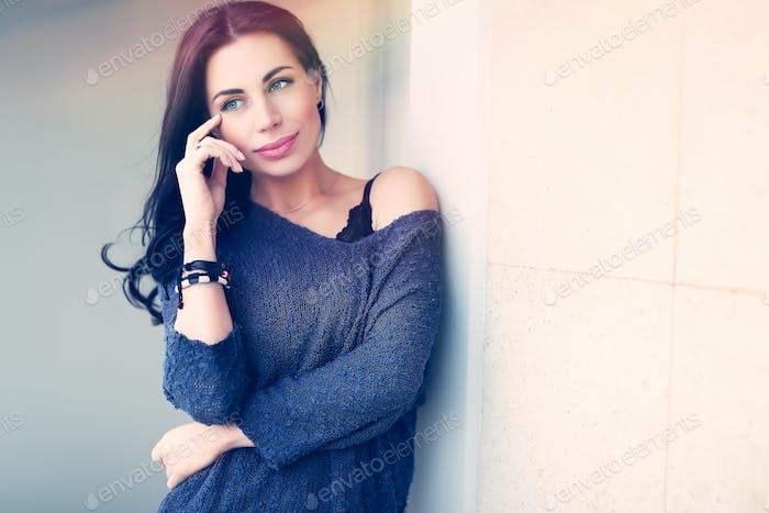 Hermosa mujer seria