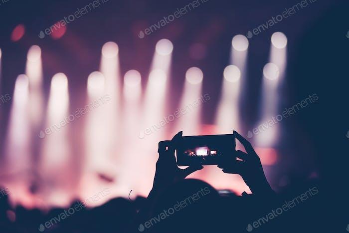 Nahaufnahme von Smartphone-Video aufzeichnung während eines Live-Konzerts