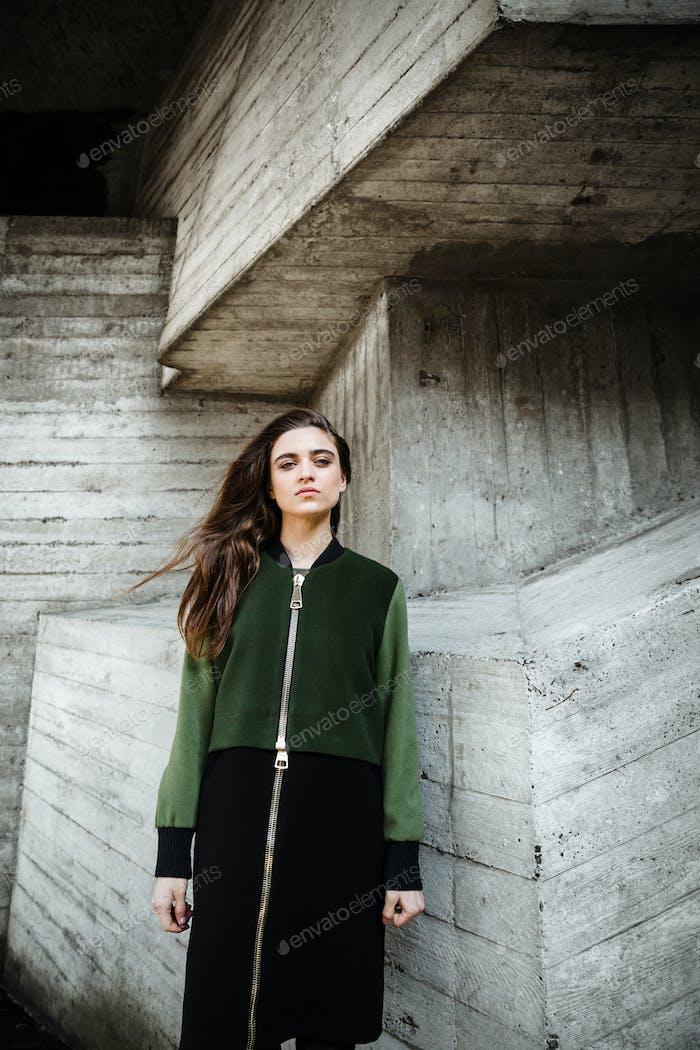 Mode ziemlich junge Frau stehen und posieren im freien