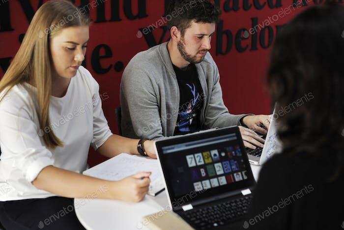 Startup-Geschäftsleute, die auf Laptop arbeiten