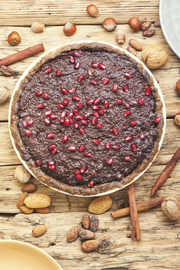 Schokoladenkuchen mit Granatapfel