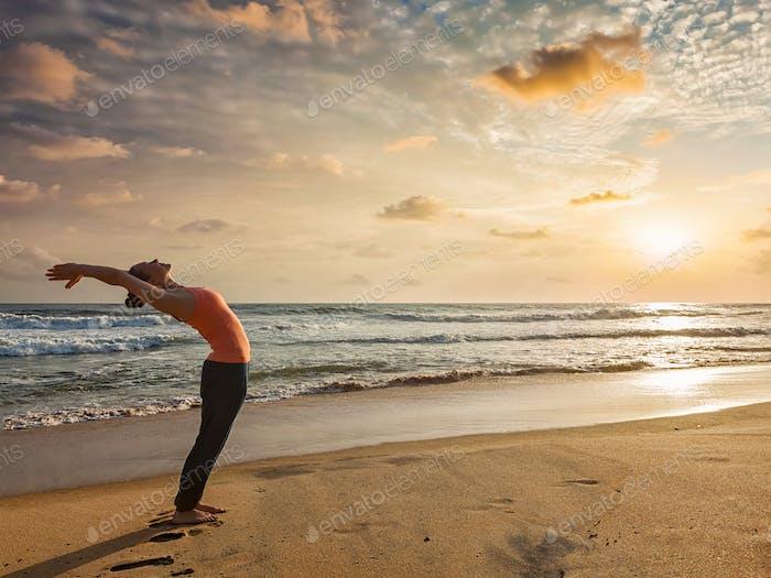 Frau tun Yoga Sonne Gruß Surya Namaskar