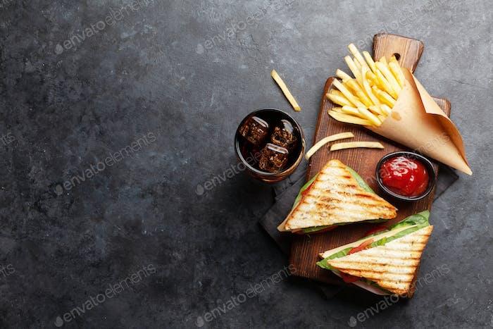 Club-Sandwich, Kartoffelfrites Chips und Cola