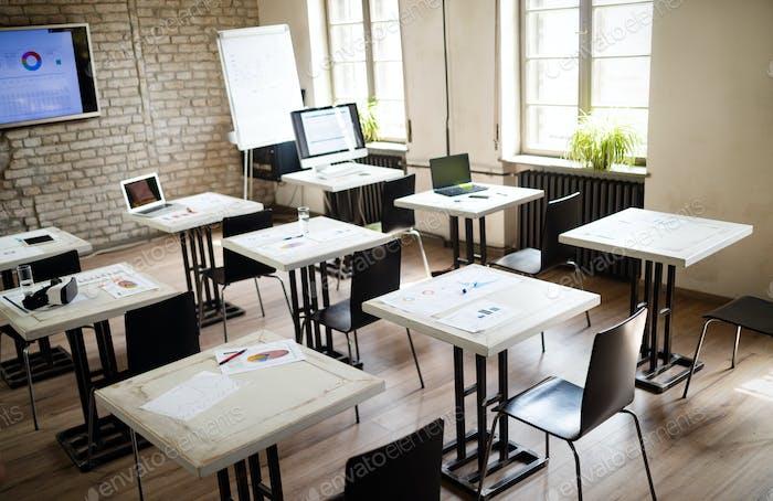 Interieur eines modernen hellen Klassenzimmers oder Büros