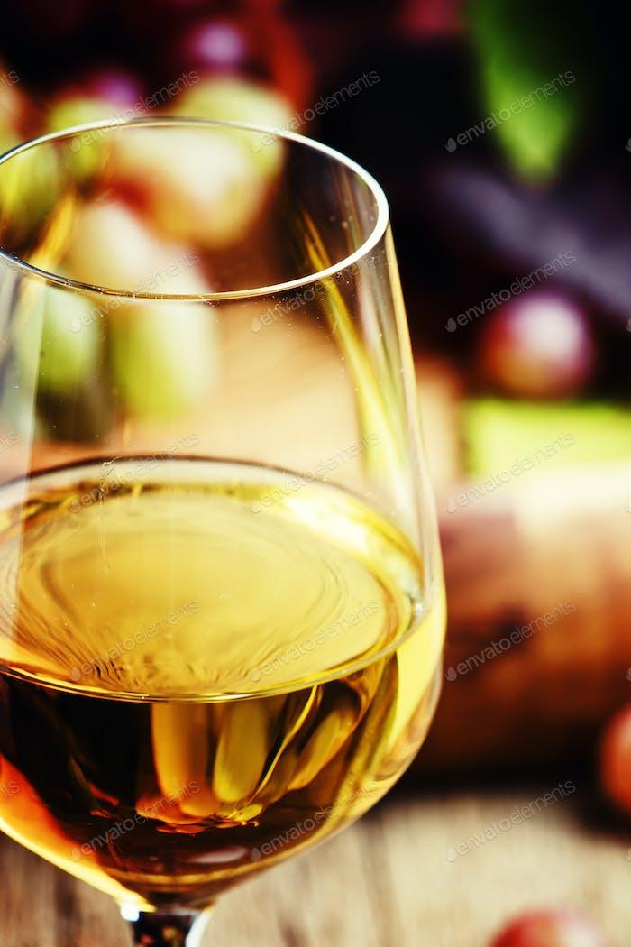 Weißer halbsüßer Wein aus Rieslingtrauben im Glas