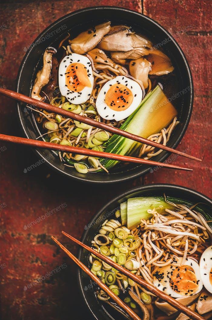 Japanische traditionelle Ramen-Suppe mit Hühnchen und Shiitakepilzen