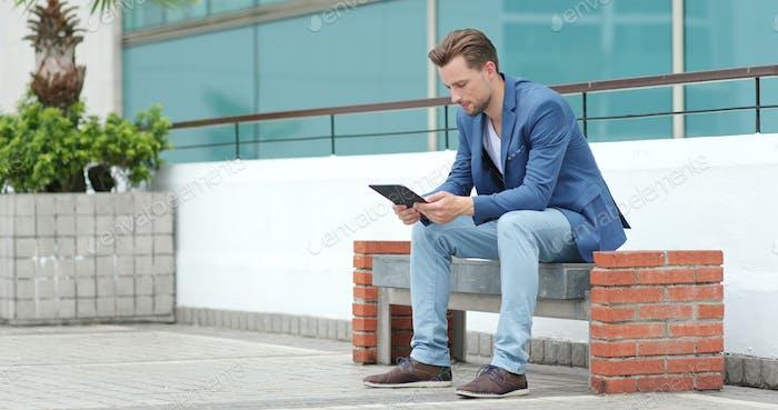 Kaukasischer Geschäftsmann Gebrauch von Tablet-Computer in Hongkong