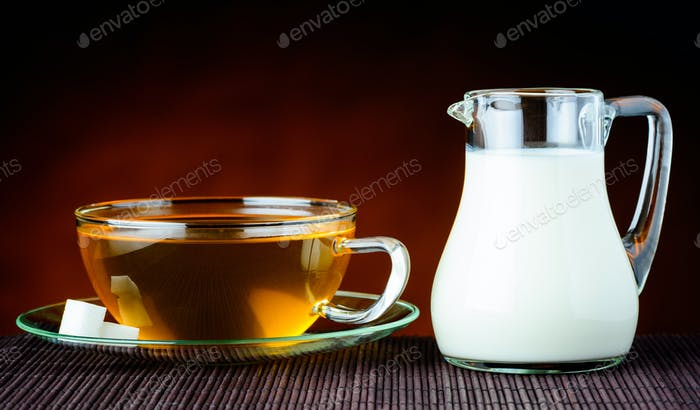 Schwarzer Tee und Milch