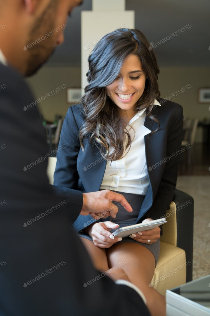 Geschäftspaar mit Tablet