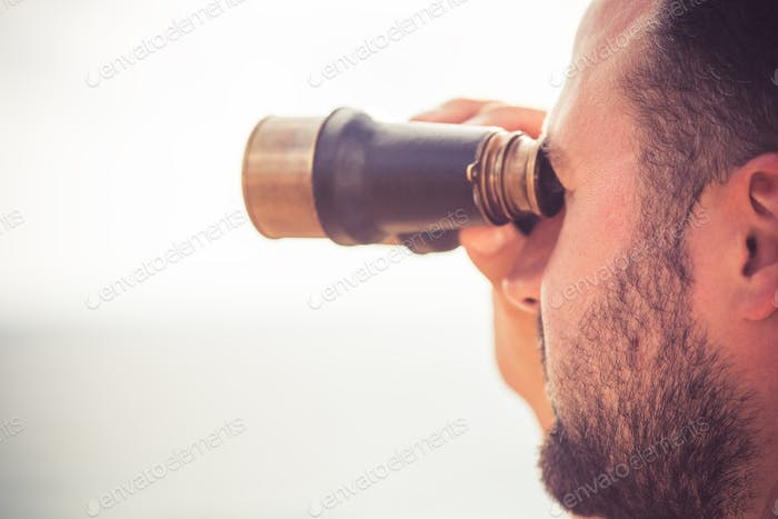 Matrosenmann Blick durch das Fernglas