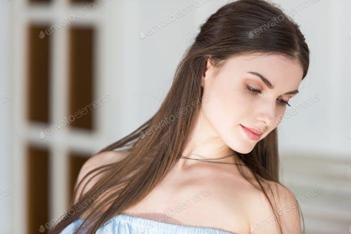 retrato de cerca de la hermosa mujer adulta joven caucásica