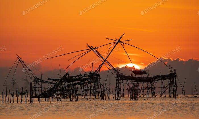 Sonnenaufgang mit traditioneller Angelfalle im Dorf Pak Pra, Phatthalung, Thailand