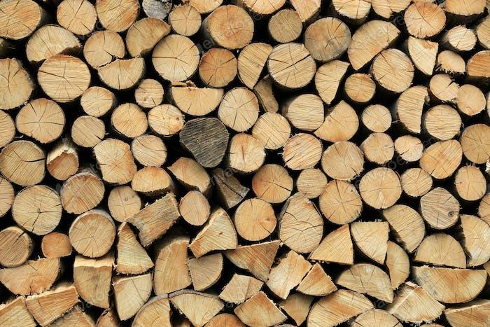 Brennholzpfahl gestapelt gehackte Holzstämme