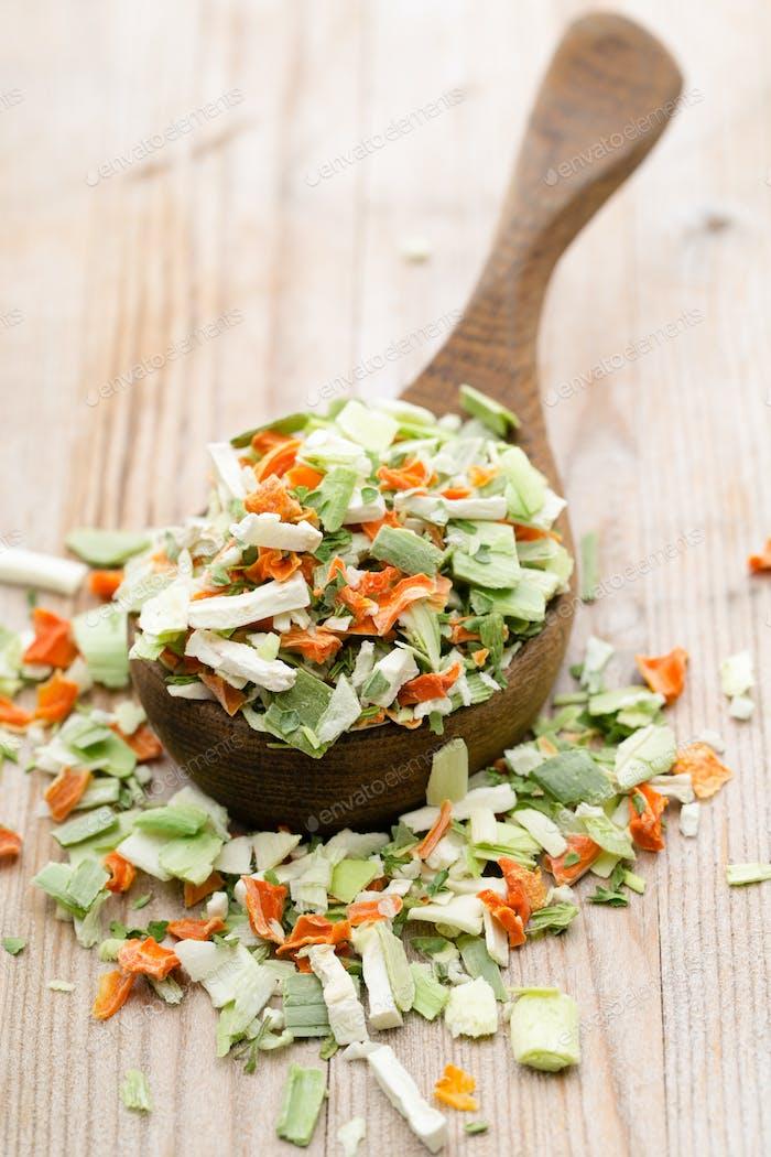 Getrocknetes Gemüsegewürz. Bio Kräuter Produkt. Fein gehackte Kräuter.